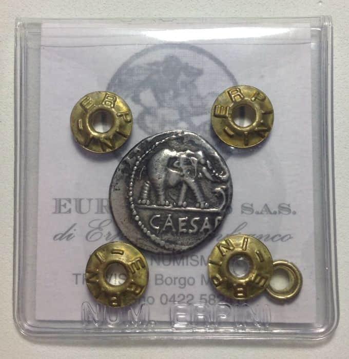 Denario de Julio Cesar 49-48 A.C. Moneda de plata de época republicana, proveniente de una ceca militar. Aparecen representados un elefante de guerra y los emblemas del pontificado.