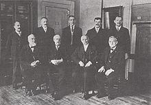 Grabadores de la casa de la moneda de EUA. Morgan está sentado en la fila del frente, el segundo de la derecha.