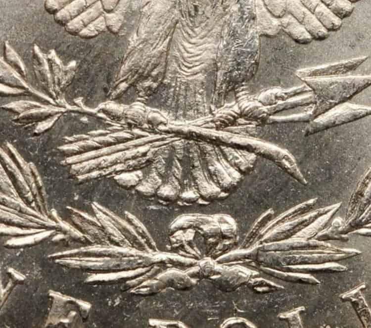 Dólar Morgan con 7 plumas sobre 8