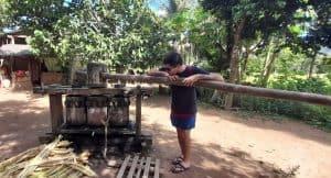 Inspeccionando un molino de caña de azúcar en la comunidad indígena de San Miguel del Bala.